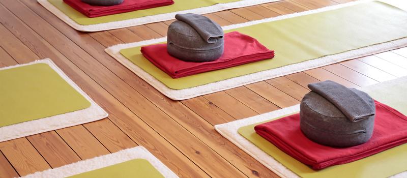yoga f r zuhause. Black Bedroom Furniture Sets. Home Design Ideas