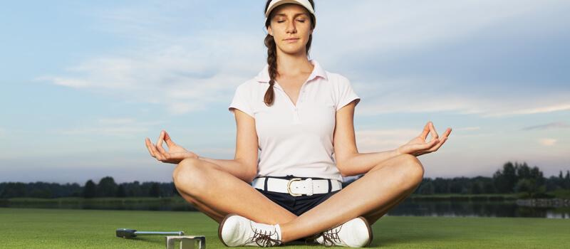 Golferin macht Yoga
