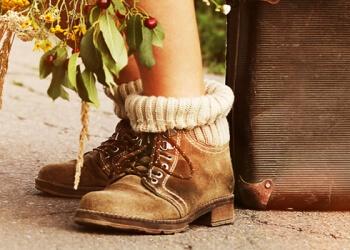 Frauenbeine mit Wanderschuhen