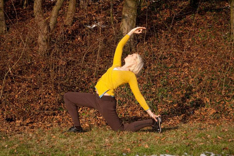 14. Stelle mit der Einatmung den rechten Fuß nach hinten am Boden ab und umfasse die Ferse. Richte deinen Blick auf die rechte Hand.