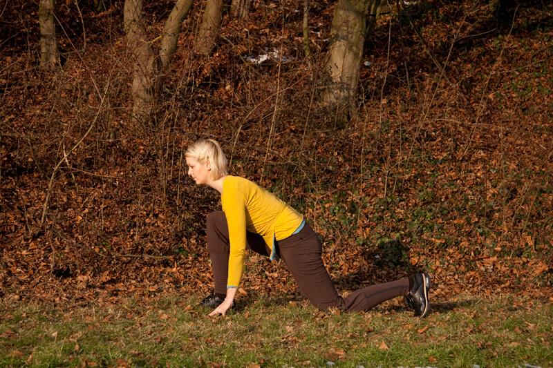 17. Ausatmend falte die Hände vor die Brust und fließe in die Stellung des Affengottes (Hanumanasana). Verlagere hierzu dein Gewicht auf das rechte vordere Bein. Die hinteren Zehen sind aufgestellt. 18. Atme ein und strecke die Arme senkrecht nach oben. 18. Atme ein und strecke die Arme senkrecht nach oben. 18. Atme ein und strecke die Arme senkrecht nach oben. 19. Ausatmend komme in eine Rückbeuge. Beuge Arme, Oberkörper und Kopf langsam nach hinten. 18. Atme ein und strecke die Arme senkrecht nach oben. 19. Ausatmend komme in eine Rückbeuge. Beuge Arme, Oberkörper und Kopf langsam nach hinten. 20. Um die Rückbeuge zu vertiefen, kannst du den hinteren Fußrücken noch ablegen. 20. Um die Rückbeuge zu vertiefen, kannst du den hinteren Fußrücken noch ablegen. 21. Einatmend richte den Oberlörper auf und lege die Hände neben deinem vorderen Fuß ab.
