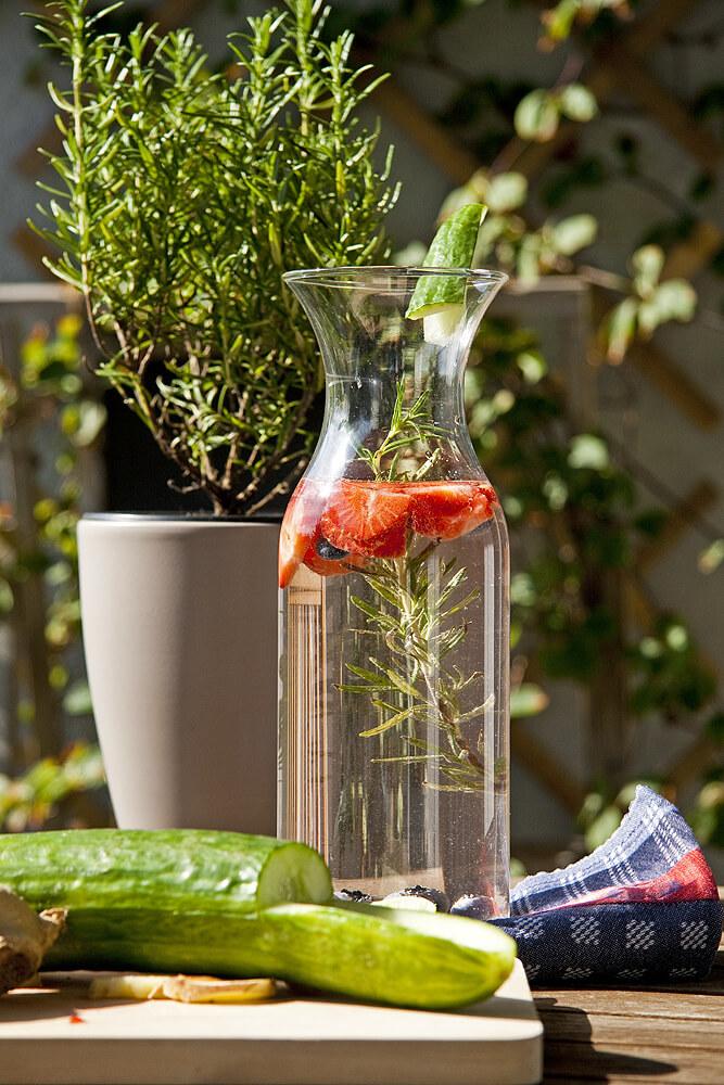 Wasser Karaffe mit Kräuter und Beeren