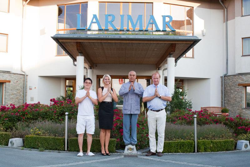 Hotel Larimar - Gruppe mit Shaolin Mönch