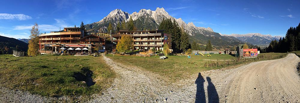 Hotel Forsthofalm mit Bergpanorama