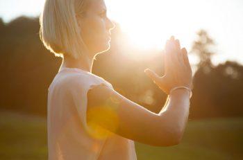 Tadasana, achtsamer Stand im Yoga